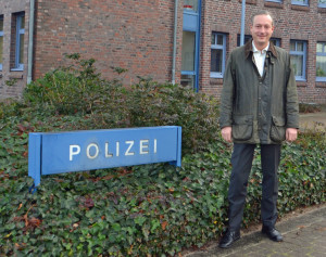 Dr. Axel Bernstein MdL vor der Polizeistation in Bad Segeberg